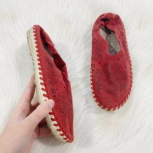 BERNIE MEV Red Floral Perforated Boho Flats SZ 36
